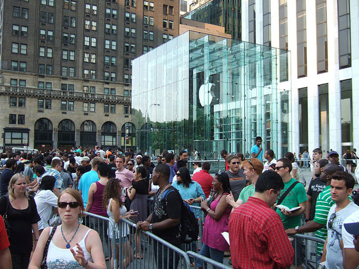 Queue in front of the NYC Apple store